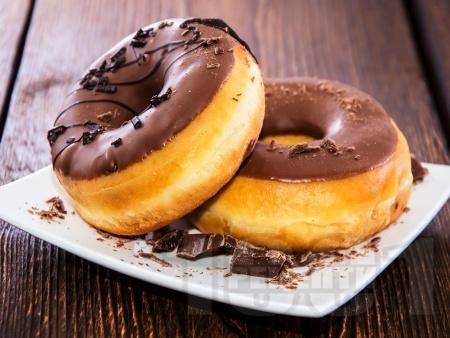 Домашни понички с шоколадова глазура - снимка на рецептата